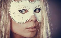 Frauengesicht mit Karnevalsmaske Lizenzfreie Stockbilder
