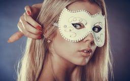 Frauengesicht mit Karnevalsmaske Stockfoto