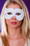 Frauengesicht mit Karnevalsmaske Stockfotos