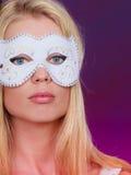 Frauengesicht mit Karnevalsmaske Stockbild