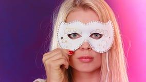 Frauengesicht mit Karnevalsmaske Lizenzfreie Stockfotos