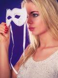 Frauengesicht mit Karnevalsmaske Lizenzfreies Stockbild