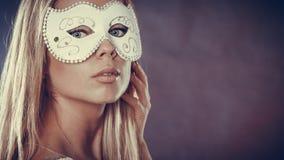 Frauengesicht mit Karnevalsmaske Lizenzfreies Stockfoto