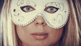 Frauengesicht mit Karnevalsmaske Stockbilder