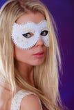 Frauengesicht mit Karnevalsmaske Stockfotografie