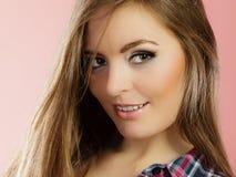 Frauengesicht mit Make-up und dem langen Haar Lizenzfreies Stockfoto