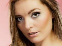 Frauengesicht mit Make-up und dem langen Haar Lizenzfreie Stockbilder