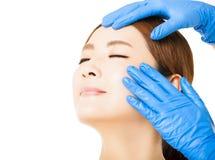 Frauengesicht mit medizinischem Schönheitskonzept lizenzfreies stockfoto