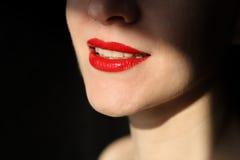 Frauengesichtsnahaufnahme mit dem roten Lippenlächeln stockbild