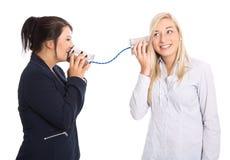 Frauengespräch: junge Frau zwei, die mit Blechdose spricht Konzept für Co Stockfoto
