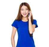 Frauengespräch zum Mobiltelefon lizenzfreie stockfotografie