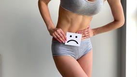 Frauengesundheit Weiblicher K?rper-Holding-traurige L?cheln-Karte nahe Magen stock video