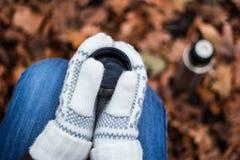Frauengetränk von der Thermosflasche Stockfotografie
