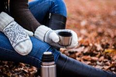 Frauengetränk von der Thermosflasche Lizenzfreie Stockbilder