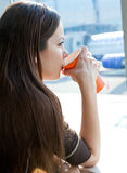 Frauengetränkkaffee im Flughafen Stockfotos