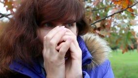 Frauengetränkkaffee im Herbstpark outdoor stock footage