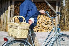 Frauengetränkkaffee nahe Fahrrad Stockfoto