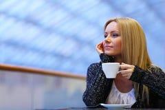 Frauengetränkkaffee Stockfotografie