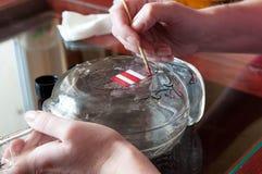 Frauenglasmaler, der in einem kleinen Shop arbeitet Stockbild
