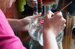 Frauenglasmaler, der in einem kleinen Shop arbeitet Lizenzfreie Stockfotos