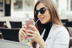Frauengraseninternet lizenzfreies stockbild