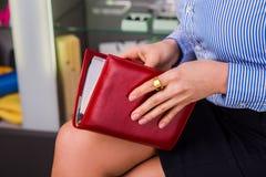 Frauengriff das rote Buch (Tagebuch) Lizenzfreie Stockfotos