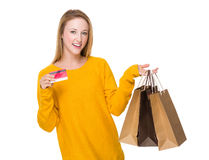 Frauengriff mit Einkaufstasche und Kreditkarte Lizenzfreies Stockbild