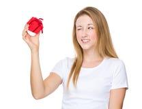 Frauengriff mit kleinem Geschenk und Show mit Blinzeln mustern Lizenzfreies Stockfoto