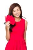 Frauengriff mit roter Tasche für chinesisches neues Jahr Stockbilder