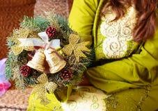 Frauengriff-Weihnachtskranz Stockfoto