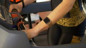 Frauengruppe, die auf Tretmühle trainiert und Herz Training am Eignungsstudio tut und ein smartwatch trägt stock video footage