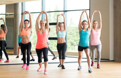 Frauengruppe, die in der Turnhalle ausarbeitet Stockbilder