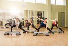 Frauengruppe, die Stepp-Aerobic macht Lizenzfreie Stockfotos