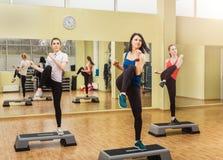 Frauengruppe, die Stepp-Aerobic macht Stockbild