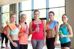 Frauengruppe mit Flaschen Wasser in der Turnhalle Lizenzfreies Stockfoto