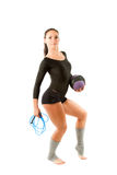 Frauengymnastik mit Kugel und überspringendem Seil Stockfoto