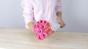 Frauenhände heben von der Tabelle einen Blumenstrauß von Tulpen auf stock video footage