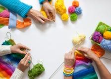 Frauenhäkelarbeit und Stricken von farbigem Garn Ansicht von oben stockbild