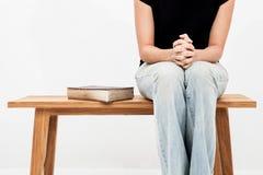 Frauenhände auf Bibel sie ist, betend lesend und über Bibel stockbild