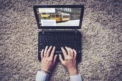 Frauenhände, die auf einem Laptop schreiben Lizenzfreies Stockbild
