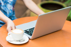 Frauenhände, die auf Laptop schreiben Lizenzfreie Stockfotos