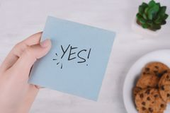 Frauenhände, die Briefpapier mit Text halten Lizenzfreie Stockfotos