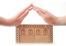 Frauenhände, die Dach herstellen Lizenzfreie Stockfotos