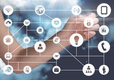 Frauenhände, die digital erzeugte Social Networking-Ikonen berühren Lizenzfreie Stockfotos