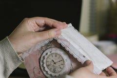 Frauenhände, die ein Papierhaus machen Stockfotografie