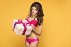 Frauenhände, die Geschenk halten Stockfotografie