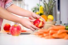 Frauenhände, die geschmackvollen Apfel waschen Lizenzfreie Stockfotografie