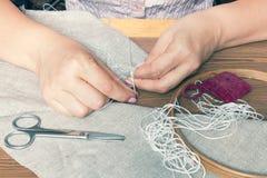 Frauenhände, die openwork Stickerei tun stockbilder