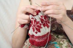 Frauenhände, die Schneeflockenmuster stricken Lizenzfreies Stockbild