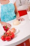 Frauenhände, die Teig auf der Tabelle mischen Lizenzfreies Stockbild